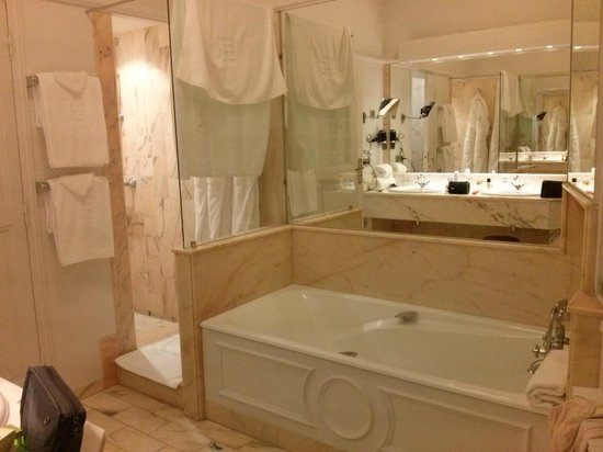 Hotel d'Europe: A enorme sala de banho
