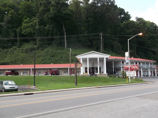 Pageant Inn: The motel from across the street at the shops.