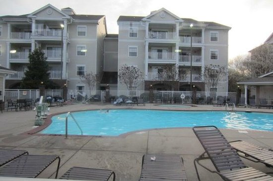 Wyndham Nashville : Outside pool look at more rooms