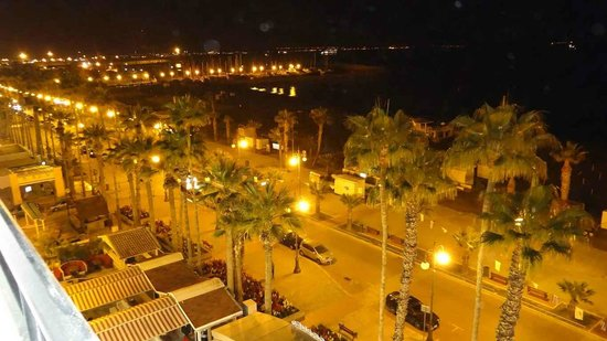 Krasas Beach Apts: Beautiful Finikoudes by night