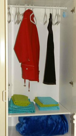 Krasas Beach Apts: Wardrobe