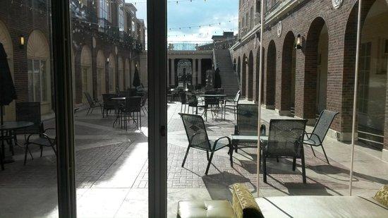 Magnolia Hotel Omaha: Courtyard