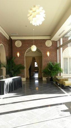 Magnolia Hotel Omaha : Hallway to courtyard.