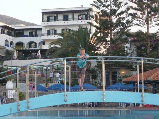 Nana Beach Hotel : Вид на главный корпус