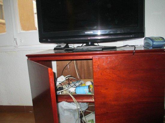 Pintor Pahissa Rooms: Chaos im Fernsehschrank