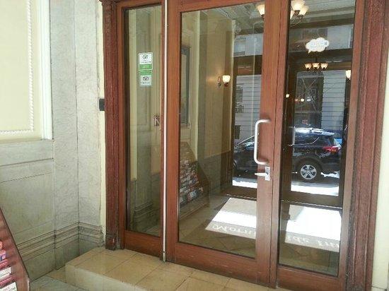 Morningside Inn: Hotel entrance 2
