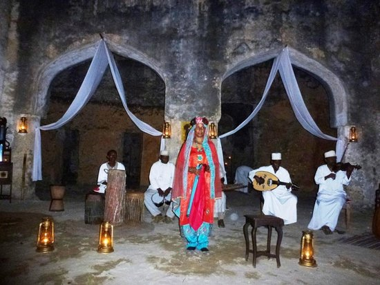 Mtoni Palace Ruins: exotic singer singing the traditional song