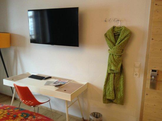 Raffl´s Tyrol Hotel : TV-Set und Schreibtisch