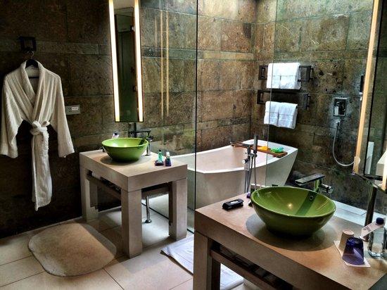 W Bali - Seminyak : Bathroom 410 - Open Ceiling