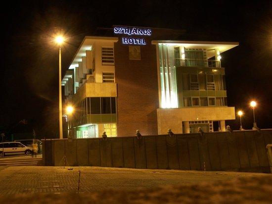Szent Janos Hotel: Hotel in night
