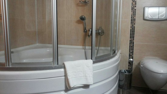 Dinler Hotels – Urgup: Chuveiro e banheira de hidromassagem.