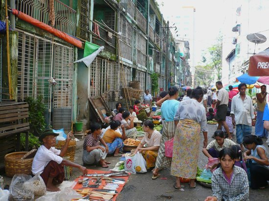 City Hotel Yangon: le marché en bas de l'Hotel