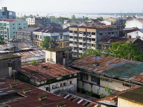 City Hotel Yangon: vue de la chambre mais les toits de Paris ne sont pas Paris