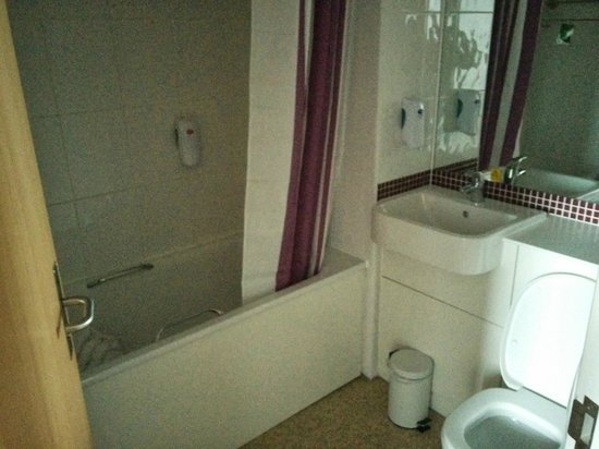 Premier Inn Kidderminster Hotel: THE BATHROOM