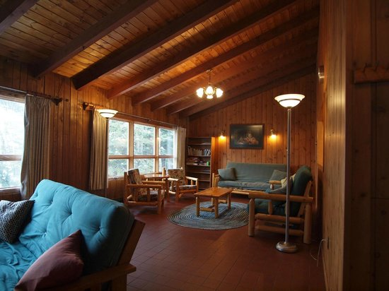 Tuscarora Lodge and Canoe Outfitters: Lodge living room