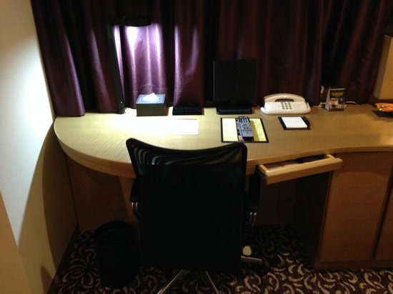 Hotel Ryumeikan Tokyo: The desk and chair.