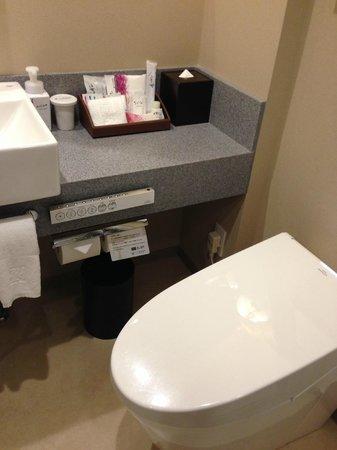 Hotel Ryumeikan Tokyo: Bathroom amenities.