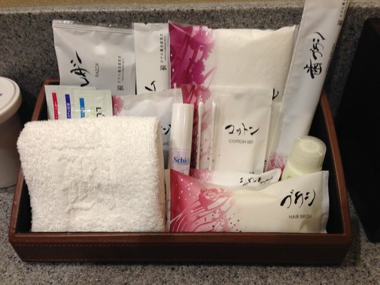 Hotel Ryumeikan Tokyo: Toothbrush, razor, shaving gel, aftershave care cream, brush, comb, cotton & cotton tip set