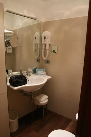 Best Western Plus City Hotel: Large Clean Bathroom