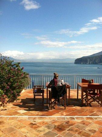 Maison La Minervetta: Breakfast on the patio, best part of every day