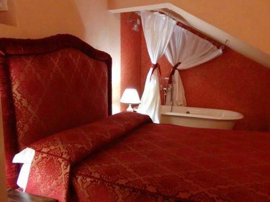 Grana Barocco Art Hotel & Spa: 寝室、ベッドの隣にバスタブはビックリ!カップル向けかな?
