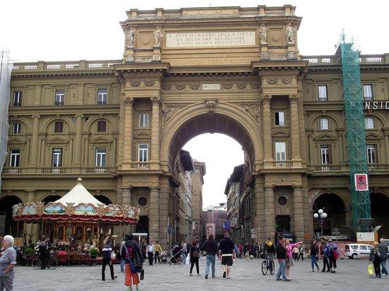 Piazza della Repubblica, a mais antiga de Florença. Na praça, vista do Arco do Triunfo (séc. XIX
