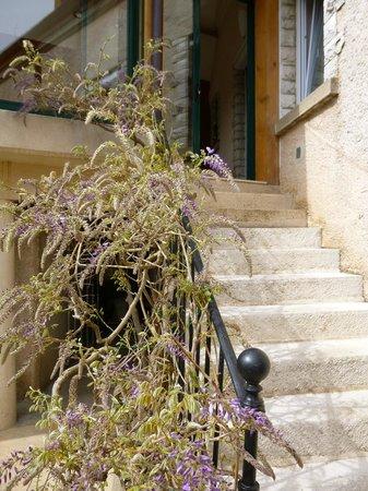 Le Reflet des Vignes : Escalier donnant à la salle petit-déjeuner