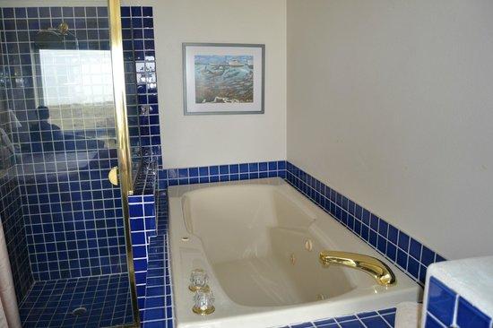 Seaside Oceanfront Inn: Shower and jetted tub