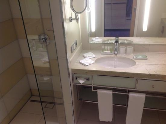 The Westin Grand Berlin: Clean and modern bathroom