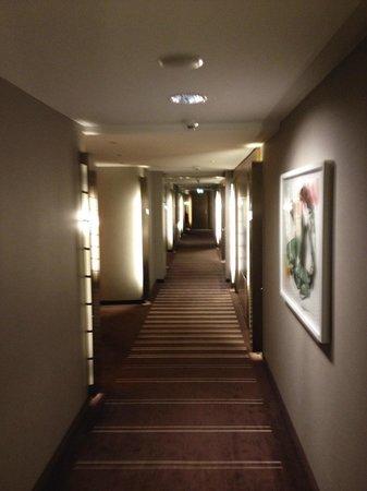Pullman Berlin Schweizerhof: Der Gang zum Zimmer in der 9. Etage