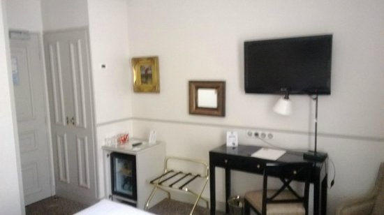 Hotel Bradford Elysees - Astotel: mini bar et télé