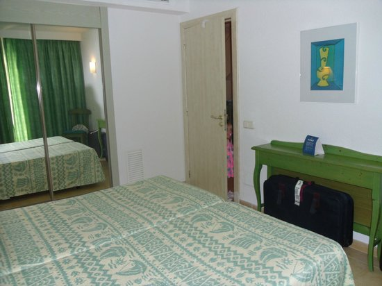 IBEROSTAR Alcudia Park: Main bedroom (with someone peeking through the door!!!)