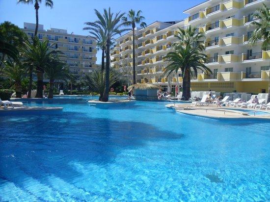 IBEROSTAR Alcudia Park: View of pool from beach bar area