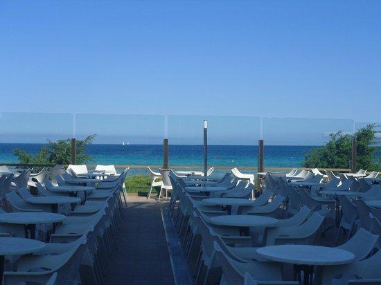 IBEROSTAR Alcudia Park: Seating area by the beach bar