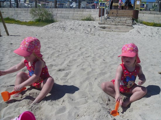 Iberostar Alcudia Park: Twins, happily playing in the beautiful sand