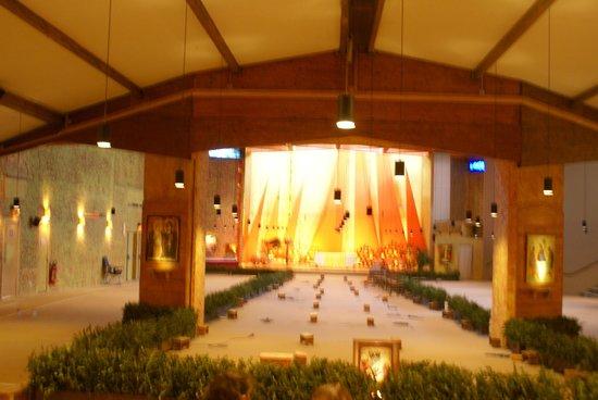 Taizé Community : capilla ecumenica... lugar de las oraciones