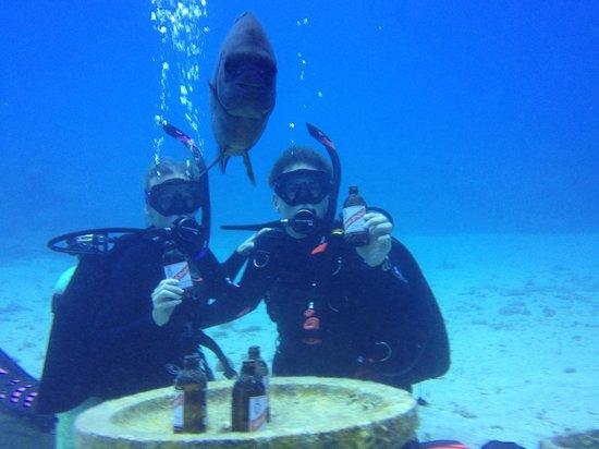 Jamaica Scuba Divers Ltd.: Enjoying a Red Stripe with a fiendly Jamaican local
