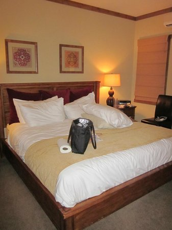 The Esmeralda Inn : MAIN ROOM/BED