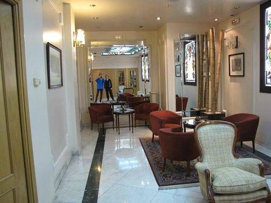 Hotel Mora: Espaços internas com salas bem decoradas.