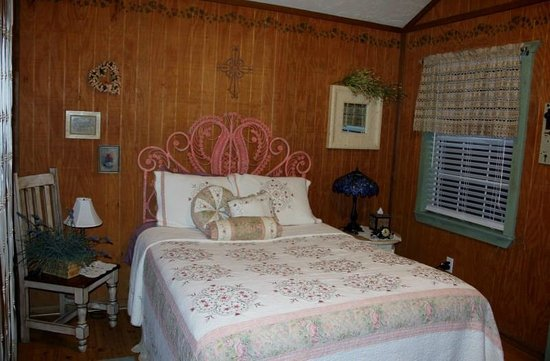Spotted Pony Ranch: Bed in the Country Cottage.
