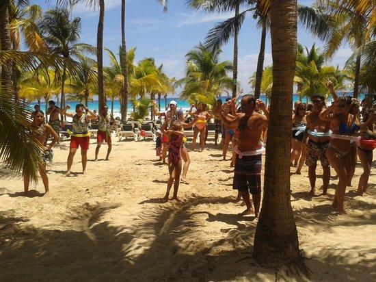 Hotel Riu Playacar: fiesta en la playa del riu playacar. excelente entretenimiento!