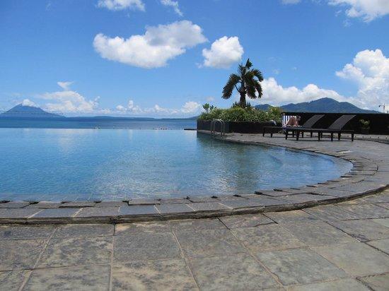 Aryaduta Manado: vue magnifique de la piscine