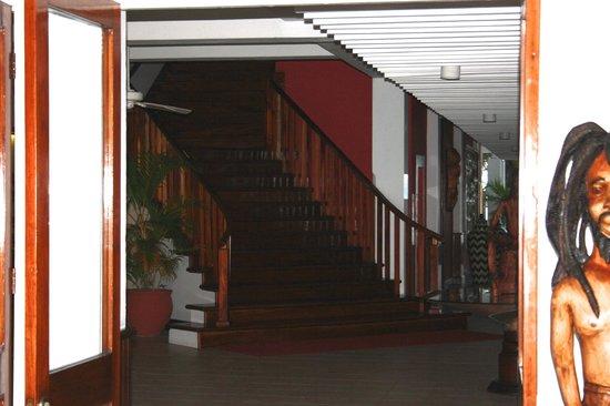Royal Decameron Montego Beach : Escalier du lobby