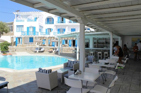 Argo Hotel Mykonos: Argo Hotel breakfast and pool area