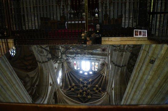 Catedral Nueva: detalle de las bovedas reflejado en el espejo cerca del altar