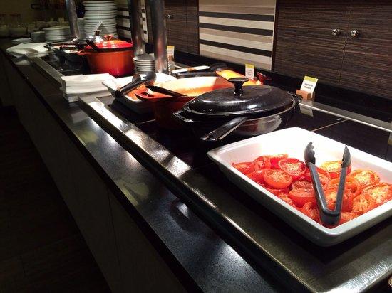 DoubleTree by Hilton Hotel London - Victoria: Hot breakfast buffet