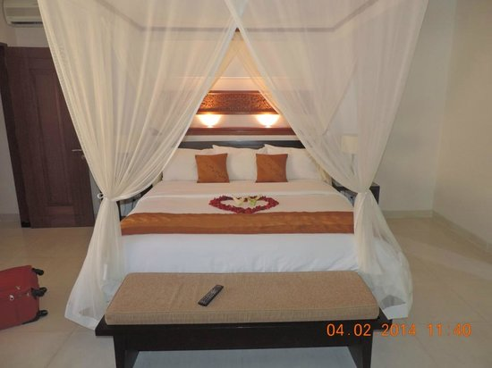 The Kunja Villas & Spa : Our four poster bed..!!