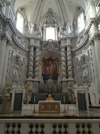 Theatinerkirche St. Kajetan: Altar