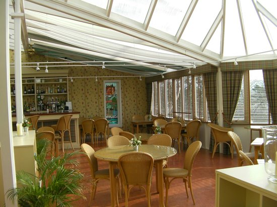 """Western Isles Hotel: Conservatory - """"Dinner is served"""""""