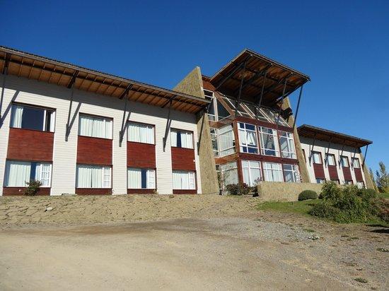 Terrazas del Calafate Hotel: Frente del hote, está sobreelevado y mira hacia el Lago Argentino